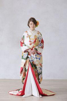 着こなしのセンスが問われる♡和装前撮りにおすすめ【白無垢コーディネート】集*にて紹介している画像 Japanese Fabric, Japanese Kimono, Traditional Fashion, Traditional Outfits, Kabuki Costume, Kimono Japan, Japanese Costume, Wedding Kimono, Japanese Wedding