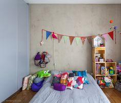 Porque quarto de menina não precisa ser rosa. Esse é moderninho e colorido. Mais em www.historiasdecasa.com.br #todacasatemumahistoria #kidsroom #quartoinfantil