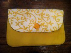 Clutch de algodão amarelo com aba em linho estampado e detalhe em seda amarela - à venda!
