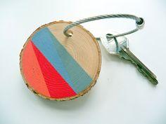 ** * LONDON FOG * **  Ce boa de trousseau en bois faits à la main est appelée « London Fog » pour sa couleur rouge vif qui représente lautobus rouges et cabines téléphoniques emblématiques à Londres, ainsi que le Morne bleu et gris pour représenter le temps pluvieux. Jai peint ce géométrique à la main, couleur monoblocs sur une tranche de branche de bois arbre de pin. Il peut être utilisé pour vos clefs, comme une tirette ou un sac à dos ou sac à main accessoire.  Options: -Peint trousseau…