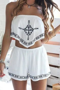 Strapless crop top + printed loose-fitting shorts twinset white: two-piece outfits Boho Outfits, Summer Outfits, Casual Outfits, Cute Outfits, Summer Shorts, Bohemian Outfit, Crop Too Outfits, Fall Outfits, Summer Crop Tops
