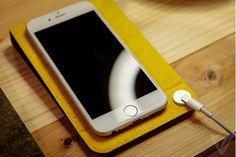 日本配件厂商Nu Ans展示了人性化设计的iPhone底座,内置一颗磁石吸附Lightning数据线,用户不必再为找不到数据线发愁。