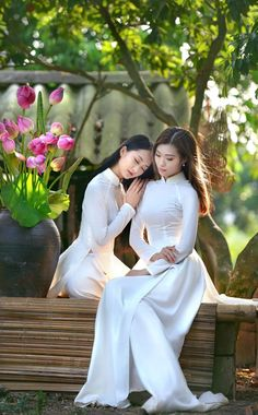 Vietnamese Traditional Dress, Traditional Dresses, Asian Honey, Ao Dai Vietnam, Bridesmaid Dresses, Wedding Dresses, Beautiful Asian Women, Asian Woman, Asian Beauty