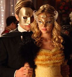 A masquerade ball theme. photo of Nate & Jenny - Chace Crawford - Taylor Momsen - Gossip Girl Gossip Girls, Gossip Girl Dresses, Estilo Gossip Girl, Pierrot Clown, Jenny Humphrey, Yellow Gown, Masquerade Party, Masquerade Masks, Venetian Masquerade