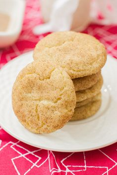 The perfect snickerdoodle cookie - puffy, creamy, and delicious! Vegan, too - but you& never know it. You& love these easy vegan snickerdoodle cookies. Vegan Snickerdoodles, Vegan Sugar Cookies, Vegan Treats, Vegan Foods, Vegan Dishes, Vegan Dessert Recipes, Cookie Recipes, Vegetarian Recipes, Vegan Recipes