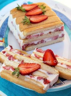 Torta semifreddo panna e fragole dolce senza cottura veloce e facile.Dolce al cucchiaio goloso,cremoso e fresco ✫♦๏༺✿༻☘‿TU Jul ‿❀🎄✫🍃🌹🍃🔷️❁`✿~⊱✿ღ~❥༺✿༻🌺♛༺ ♡⊰~♥⛩⚘☮️❋ Italian Desserts, Just Desserts, Delicious Desserts, Yummy Food, Sweet Recipes, Cake Recipes, Dessert Recipes, My Favorite Food, Favorite Recipes