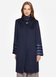 f3f5f569820980 Cappotto blu in lana con dettagli imbottiti