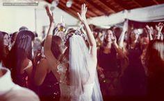 14 fotos de fiesta que amamos en el 2014 #bride #dance #novia #baile #tocado #headpiece #veil #velo #uruguay #boda #wedding