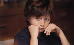Hier zie je Cal, het broertje van Tessa, nadat hij te horen heeft gekregen dat Tessa niet meer beter zal worden.