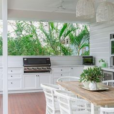 Hamptons luxe in this outdoor kitchen. 📸 Check out stories daily! Outdoor Kitchen Plans, Backyard Kitchen, Outdoor Dining, Hamptons Kitchen, Hamptons House, The Hamptons, Rustic Kitchen Design, Outdoor Kitchen Design, Kitchen Designs