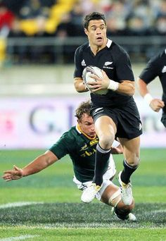 Deon Stegmann goes for Dan Carter, world's best number Rugby 7's, Rugby Union Teams, French Rugby, Watch Rugby, Dan Carter, All Blacks Rugby, World Cup Winners, Romance, Number 10