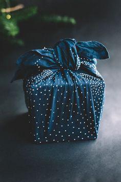 Japanese wrapping cloth, Furoshiki 風呂敷 beautiful looks likes stars at night. Japanese Gift Wrapping, Japanese Gifts, Present Wrapping, Creative Gift Wrapping, Creative Gifts, Christmas Gifts For Her, Christmas Gift Wrapping, Diy Christmas, Japanese Christmas