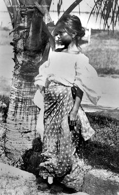 Girl standing next to a palm tree, Philippines, ca. Identification with picture: Photographic postcard of a Filipina girl dressed in traditional clothing standing next to the trunk of a palm tree. University of Southern California. Philippines People, Philippines Culture, Old Photos, Vintage Photos, Philippine Mythology, Filipino Fashion, Philippine Women, Filipina Girls, Half Filipino