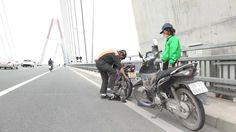 Chỉ một cuộc điện thoại, trong vòng 5 phút những chiếc xe máy không may thủng săm trên cầu Nhật Tân (Hà Nội) sẽ được chăm sóc chu đáo bởi những người thợ kỹ thuật của đơn vị quản lý cầu.