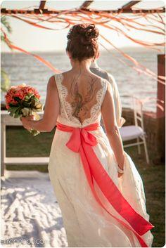 Noiva com tatuagem à mostra nesse lindo vestido com decote nas costas de A Modista. Foto: Simone Lobo Fotografia.