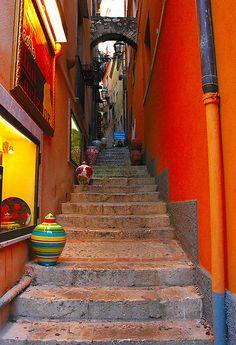 Passageway, Sicily, Italy. Las ciudades llenas de #naranja. Síguenos en Facebook: https://www.facebook.com/citraulia.sltda