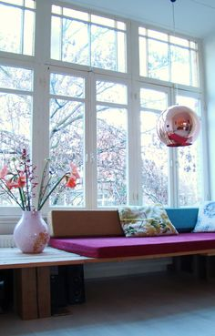 Sitzgelegenheit am Fenster