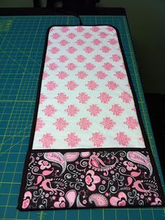 Sewing Baby Gift Spicy Pinecone: Changing Pad with Pocket Tutorial Baby Changing Mat, Diaper Changing Pad, Baby Sewing Projects, Sewing For Kids, Baby Gifts To Make, Homemade Baby Gifts, Kids Gifts, Diaper Clutch, Clutch Bag