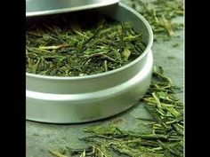 Exfoliante facial suave de té verde. Exfoliate your face with green tea....