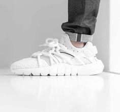 Wer den Nike 'Huarache' in ganz weiß haben will, muss sehr schnell sein! Seinen Namen erbte er von einer alten, indianischen Sandale, der 'Huarache'. Diese Sandale wurde als Inspiration für den Oberschuh benutzt. Der sichtbare Innenschuh und das auf's Minimum reduzierte Obermaterial ist eine absolute Innovation. Hier entdecken und shoppen: http://sturbock.me/Gsf