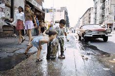 Niños bebiendo de una boca de incendios en el Lower East Side en 1970.