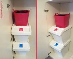 Angolo panni sporchi nell'armadio ricavato nella nicchia del corridoio.  Due contenitori per separare i bianchi dai colorati e la cesta sopra per stirare. Ora è tutto in ordine e per fare le lavatrici non devo stare a selezionare ogni volta i capi.