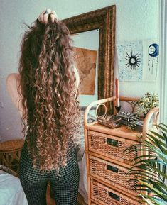 Do you like your wavy hair and do not change it for anything? But it's not always easy to put your curls in value … Need some hairstyle ideas to magnify your wavy hair? Long Brown Hair, Long Curly Hair, Brown Curly Hair, Braids For Curly Hair, Natural Curly Hair, Black Hair, Long Natural Curls, Frizzy Hair, Very Long Hair