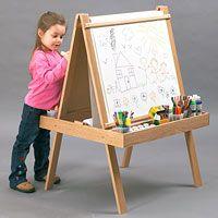 Menina e cavalete jovem artista