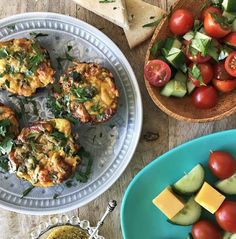 Recipe for Mini Bacon Quiches served with Tomato Salad, toasted Pita wedges and Veggie Skewers. Healthy Family Meals, Healthy Snacks, Bruschetta, Delicious Desserts, Bacon, Sweet Treats, Pork, Tasty, Breakfast