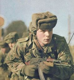East German soldier, - Army n'Languages n' Stuff Military Suit, Military Weapons, Rda, Warsaw Pact, German Uniforms, Soviet Army, War Photography, East Germany, Red Army