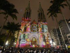 """Quando chega o final do ano, já é tradição ir assistir à abertura do """"Natal Iluminado"""" na Catedral da Sé. No evento, organizado pela Associação Comercial de São Paulo (ACSP), apresentam-se a Orquestra Sinfônica Heliópolis e o Coral da Gente, ambos do Instituto Baccarelli."""