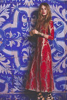 Robe longue femme dentelle rouge en surimpression sur http://larobelongue.fr/robe-longue-rouge/