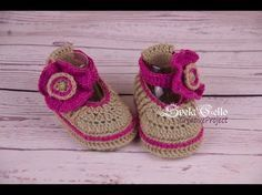 How to crochet Cute And Easy Crochet Baby Booties tutorial || Пинетки с цветком-застежкой крючком - YouTube