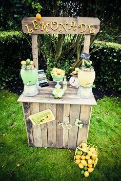 bar de limonada con dispensadores de bebidas