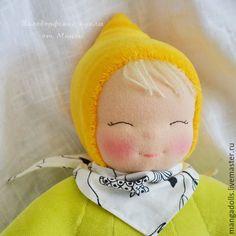 Купить или заказать Летняя малышка, вальдорфская кукла в пришивном комбинезоне в интернет магазине на Ярмарке Мастеров. С доставкой по России и СНГ. Срок изготовления: 1-2 недели. Материалы: овечья шерсть 100%, хлопковый велюр,…. Размер: 35 см