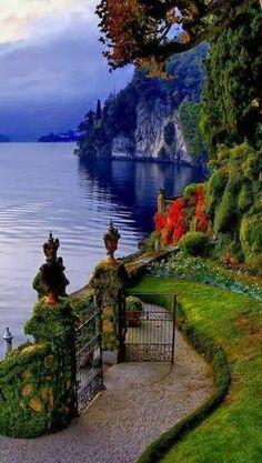 Lakeside jardim no Villa del Balbianello no belo Lago de Como, na Lombardia… Places Around The World, Oh The Places You'll Go, Places To Travel, Places To Visit, Travel Destinations, Dream Vacations, Vacation Spots, Vacation Packages, Italy Vacation