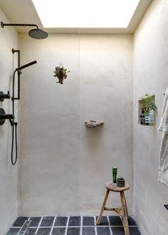 <p>On aime cette douche à l'italienne baignée de lumière grâce à la fenêtre qui la surplombe. Ainsi, la belle couleur du béton est illuminée....