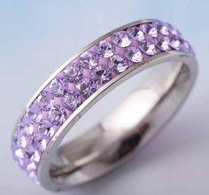 Anel de prata com cristais na cor lilás.