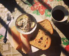 #healthybreakfast #DesayunoDeCumpleaños nada mejor que alimentarse balanceadamente 😋: porción de banano 🍌 con #AvenaEnHojuelas y #Chía, porción de jamón de pollo 🍗 de @pietran_oficial, pan de #Arándanos de @artesano_naturalcafe y café ☕️ #MadeInMamá al mejor estilo #Kankuamo!!! #PanelaAtanquera #Jengibre! Bom apetite!!!!