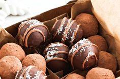 Peanut crunch truffles Peanut Butter Truffles, White Chocolate Truffles, Decadent Chocolate, Chocolate Treats, Chocolate Peanut Butter, Christmas Truffles, Christmas Food Gifts, Christmas Baking, Xmas Pudding