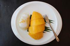 El Khao Niaow Ma Muang o arroz pegajoso con mango es el postre más famoso de Tailandia: delicioso y con un puntito de sal. En la foto, su versión tradicional bañada con leche de coco, del restaurante Supattra River House . cena por el río del crucero Manohra (hotel Anantara).