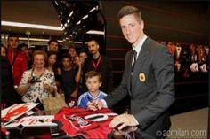 Pemain sekaligus Striker teranyar AC Milan, Fernando Torres nampaknya harus benar-benar menunjukkan kualitas sebenarnya yang ia miliki. Pasalnya, Publik Milan yang kehilangan sosok striker berkualitas namun penuh kontroversi Mario Balotelli berharap banyak agar Fernando Torres dapat menggantikan peran yang ditinggalkan oleh Super Mario.