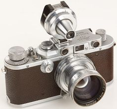 """Vintage Cameras Alfred Eisenstaedt's Leica IIIa rangefinder sold for Euro at the Westlicht Auction. Eisenstaedt used this camera to capture the iconic """"Kiss in Times Square"""" image. Antique Cameras, Old Cameras, Vintage Cameras, History Of Photography, Photography Camera, Hypebeast, Personal Camera, Photo Lens, Tecnologia"""