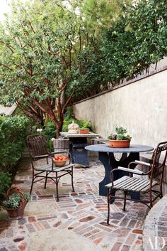 Antique stone tables and vintage Italian chairs occupy the outdoor breakfast area of a Laguna Beach, California, home constructed in collaboration with Teale Architecture. Outdoor Seating, Outdoor Rooms, Outdoor Gardens, Outdoor Living, Outdoor Furniture Sets, Outdoor Decor, Patio Design, Garden Design, Patio Grande