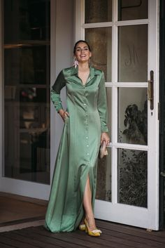 Excellent fashion trends are available on our internet site. Have a look and you will not be sorry you did. Kimono Fashion, Girl Fashion, Fashion Dresses, Hijab Chic, Mode Kimono, Moda Emo, Maternity Gowns, Elegant Outfit, Satin Dresses
