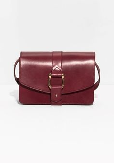With a nod to the horse riding culture, this durable crossbody bag is crafted from sturdy vegetable tanned leather in rich tones and features saddle-inspired detailing for an authentic western-style appeal.
