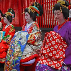 Women dressed as oiran along with a lower ranking prostitute.