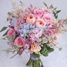 Me parece maravilloso este bouquet de @lemongrasswedding 🌷🌷🌷 ¡Feliz domingo cuquinos y cuquinas! by Nuria 💚