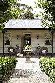 door's open, have a stroll through a classic Sassafras cottage - mind the dogs                   aawwgghh, I wanna live in the ranges too.....