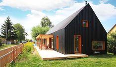 Loi Black befindet sich zwischen Rügen und Usedom im Dorf Loissin am Greifswalder Bodden. Sein Name bezieht sich auf die schwarze Außenfassade: Das Holzhaus o